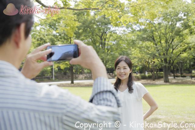 中高年のカップル、スマホで写真をとっている
