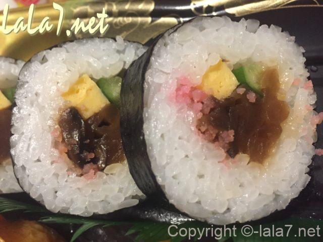 助六寿司、巻き寿司のアップ