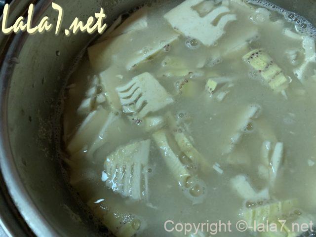 米ぬかとたけのこのあく抜きの説明、米ぬか汁に切ったたけのこを浸す