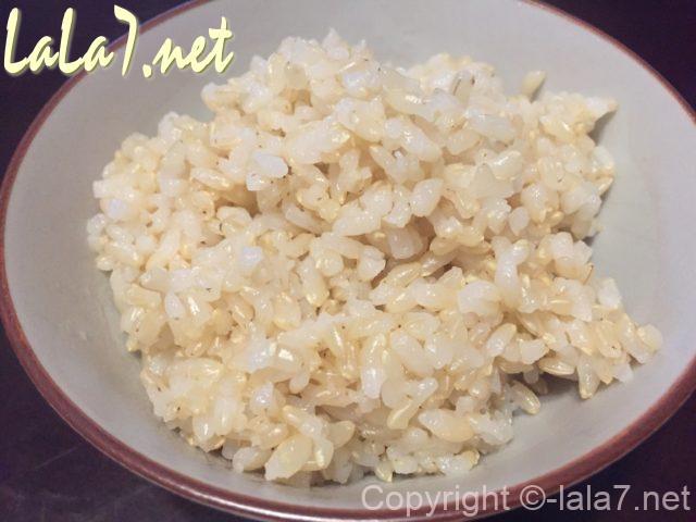 玄米を炊飯器で炊きあがり、お茶碗によそったところ