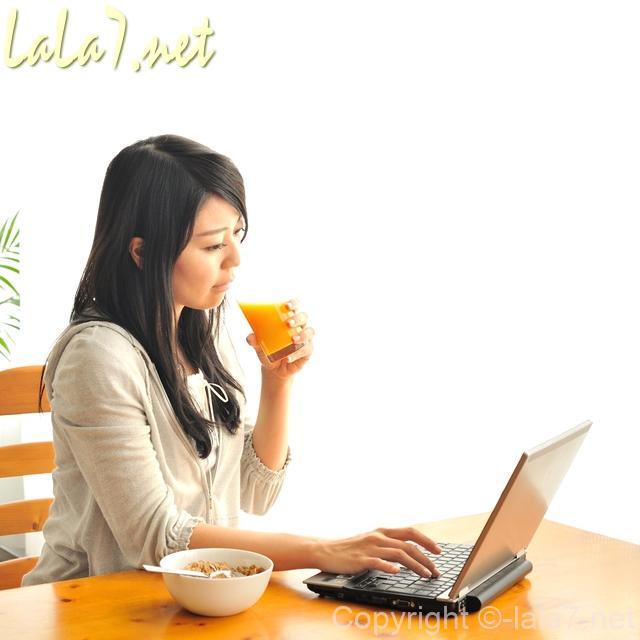 女性がパソコンに向かっている姿