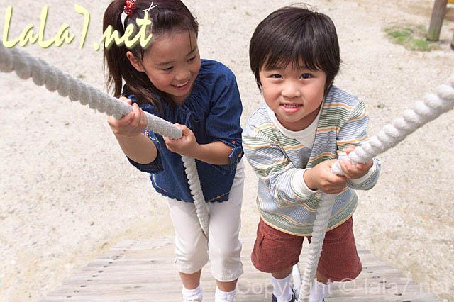 公園で遊ぶ男の子と女の子