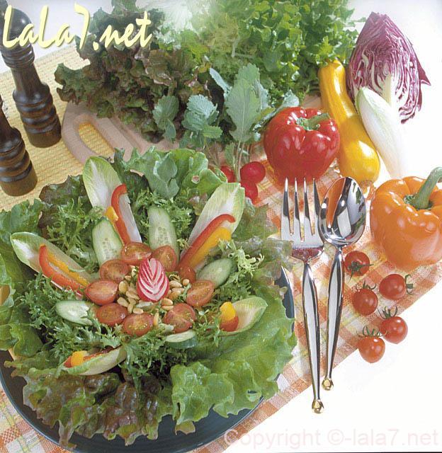 色とりどりの生野菜のサラダ