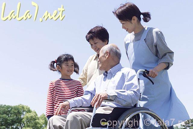 車いすに乗った老人と介護職員、女の子、女性(介護のイメージ)