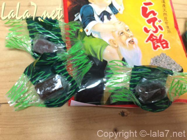 浪速製菓株式会社のこんぶ飴、キャンディタイプ、オブラートに包まれている