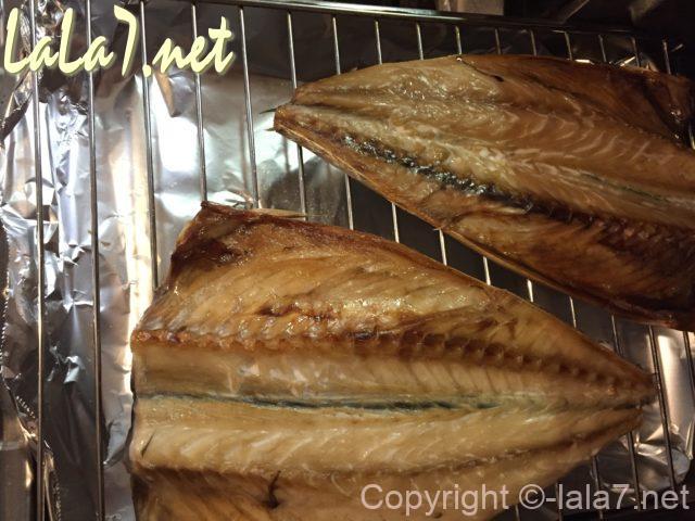 焼魚、サバの開きをグリルの網で焼いたところ
