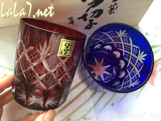 江戸切子のペアグラス 赤い方を手にとって