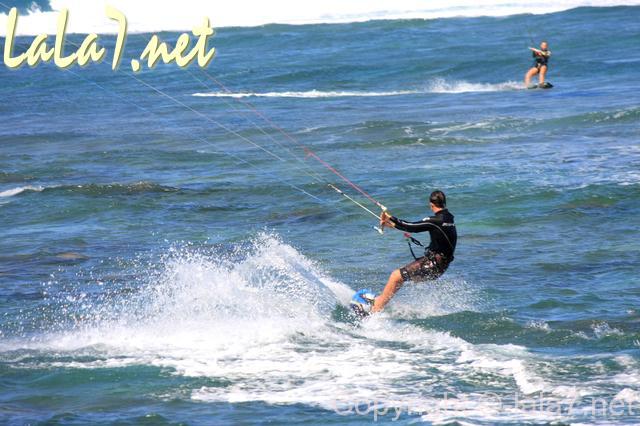 マリンスポーツ、水上スキーなどをしている様子
