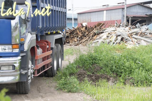 風災害 台風地震 壊れた家屋とトラック
