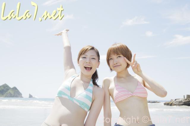海 海岸 水着の若い女性二人
