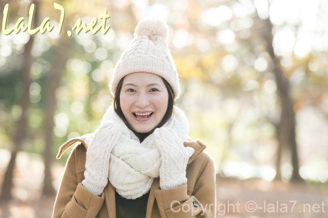 女性 白いマフラーと手袋 冬