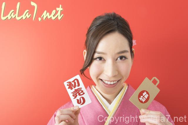 初売り 福袋 振袖を着た若い女性