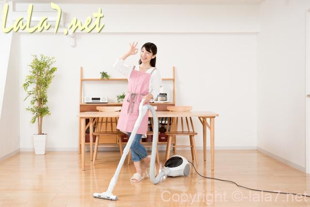 掃除機をかける女性 そうじ