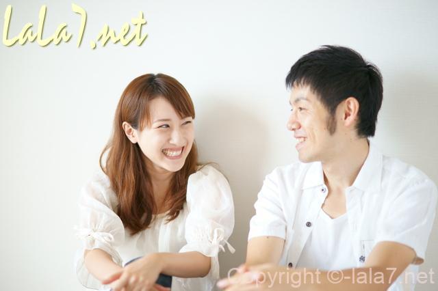 カップル 夫婦 白い服を着ている