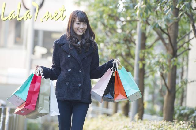 買い物 セール 若い女性 紙袋をたくさん持っている