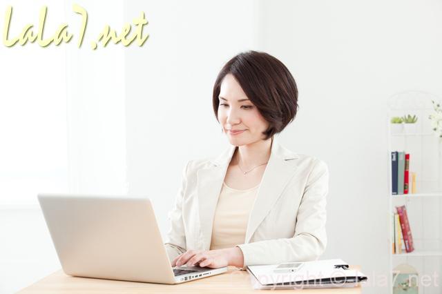 女性 パソコンに向かう 白い服 考えている