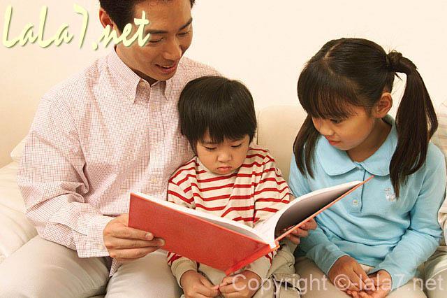 お父さんと女の子と男の子 本を読んでいる ファミリー