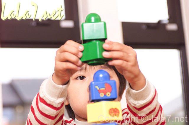 幼児 男の子 ブロックで遊ぶ